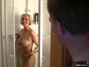 Schwiegermutter spontan morgends in der Dusche vernascht - Perfekte..